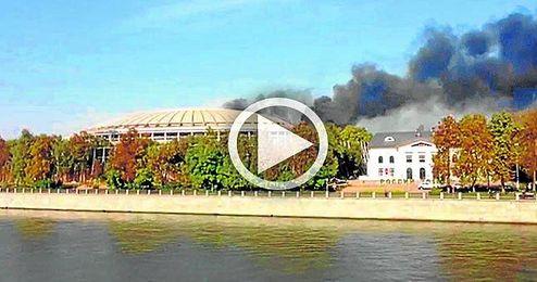 El fuego caus� una densa columna de humo.
