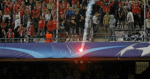 Aficionados benfiquistas lanzando bengalas en el Vicente Calderón.