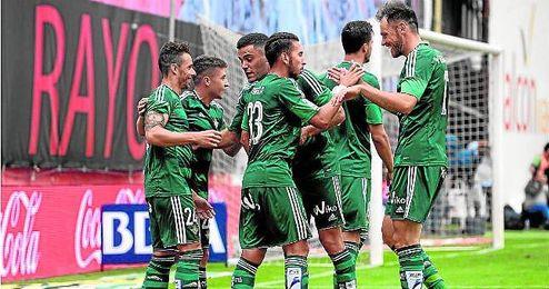 El conjunto verdiblanco sumó en Vallecas su segunda victoria consecutiva lejos de casa, lo que le ha servido para instalarse en la octava plaza, a un sólo punto de Europa.