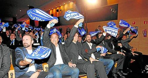 El técnico Luis Casimiro, en la imagen entre Joan Plaza y Felipe Reyes, fue el encargado de representar al Baloncesto Sevilla en la presentación de la Liga.