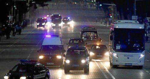 El autob�s de Serbia escoltado por la policia albana.
