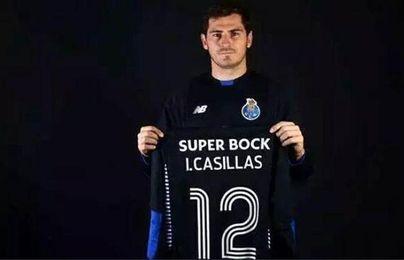 Casillas posando con la camiseta del fútbol portugués
