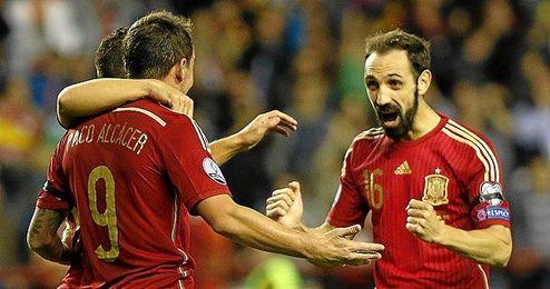 4-0: Goleada de España sin destellos para cerrar el pase a la Eurocopa