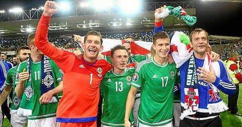 Jugadores de Irlanda del Norte celebrando la clasificación.
