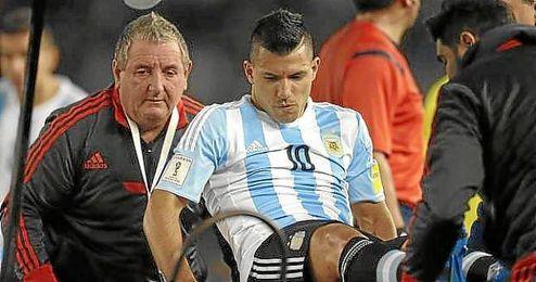 Agüero abandona en camilla el partido entre Argentina y Ecuador.