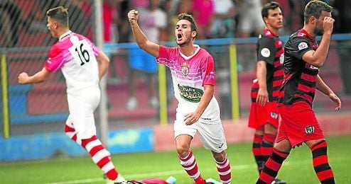Edu Calderón celebra uno de sus 4 goles.
