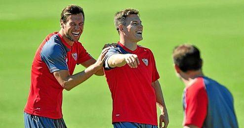 Krychowiak y Gameiro bromean en un entrenamiento.