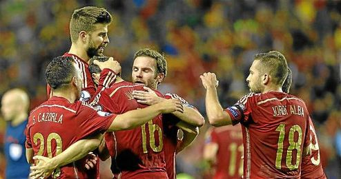 Piqué felicita a Cazorla por el primer gol ante Luxemburgo.