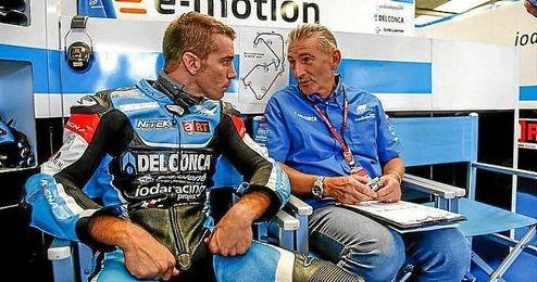 De Angelis conversa con un miembro de su equipo.