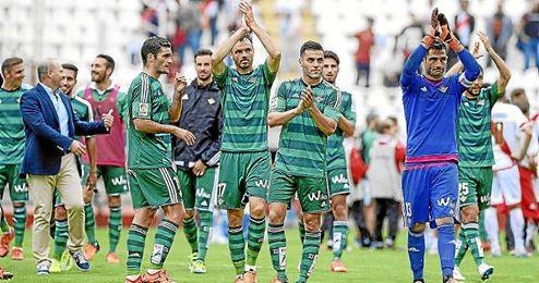 Los jugadores verdiblancos saludan a su afición en Vallecas.