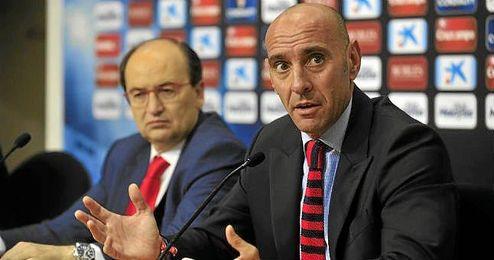 Monchi, en una rueda de prensa junto a Jos� Castro.