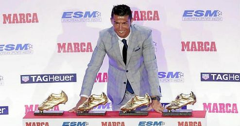 Ronaldo posa con sus cuatro trofeos de la Bota de Oro.