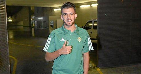 Dani Ceballos posa feliz tras firmar su renovación.