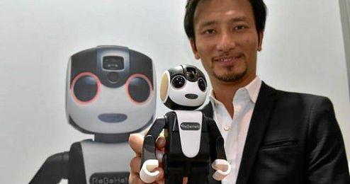 El profesor Takahashi con el RoBoHon.
