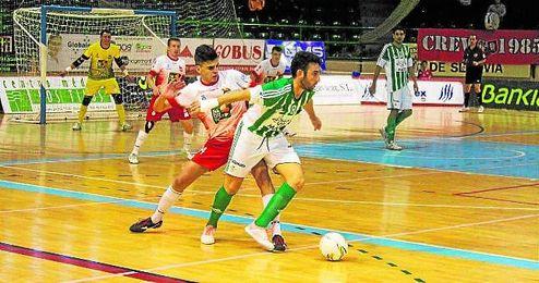 El capit�n Jaime Migo, protegiendo el bal�n de uno de los futbolistas del Naturpellet Segovia.