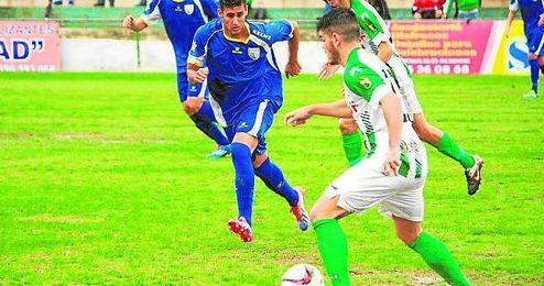 El panadero Nico Gaitán presiona al jugador sanluqueño Carri.