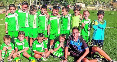 Los alumnos más pequeños disfrutan del deporte en las instalaciones del An Andalis.
