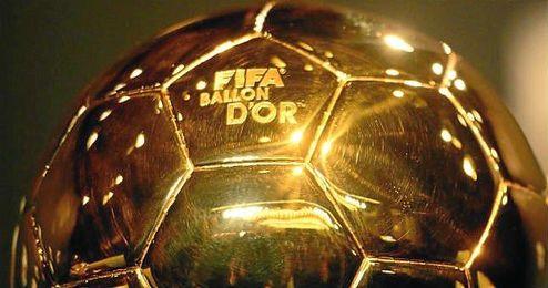 El trofeo del Balón de Oro de la FIFA.