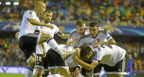 La plantilla del Valencia celebra la victoria.