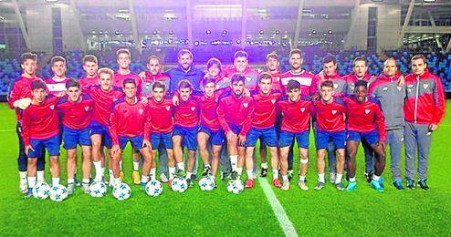 Los juveniles del Sevilla se ejercitan el Mini-Stadium, anexo al Ciudad de Manchester.