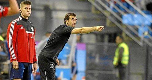 Carcedo dirigiendo un partido del Sevilla FC.