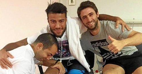Rafinha, Pareja y un fisioterapeuta en la foto que ha publicado el sevillista.