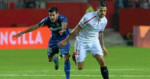 Vitolo se va de V�ctor Rodr�guez en el Sevilla-Getafe.