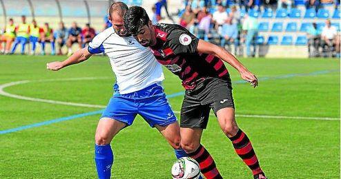 El mediocentro defensivo alcalareño jorge Vázquez presiona al minero Juan Antonio, autor del 1-1.