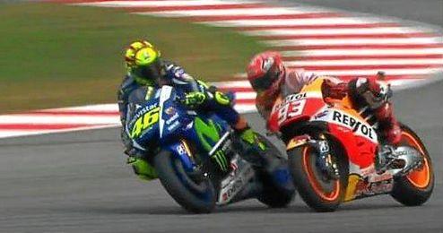 Captura de pantalla del momento polémico entre Rossi y Márquez, que acaba con el catalán sobre la grava.