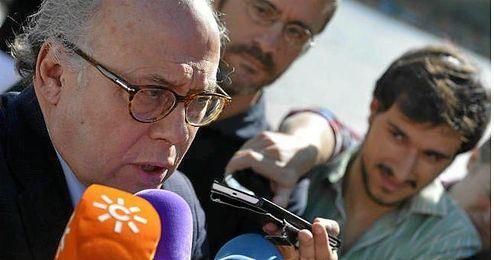 Juan Carlos Ollero, atendiendo a los medios hoy.