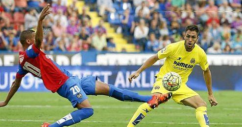 Deyverson y Víctor Ruiz en el partido liguero entre el Levante y el Villarreal.