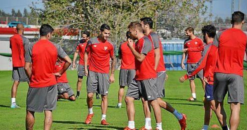 La plantilla del Sevilla, en el entreno de este jueves.