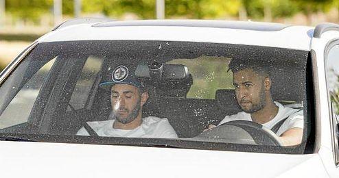 Benzema llegando a Valdebebas en el coche de un amigo.