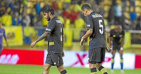 Kolo, cabizbajo junto a Trémoulinas tras el final del partido.