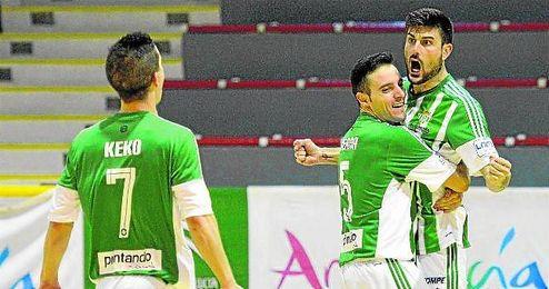 Juanillo, que abrió la lata frente al Puertollano, celebra con rabia uno de los dos tantos que anotó.