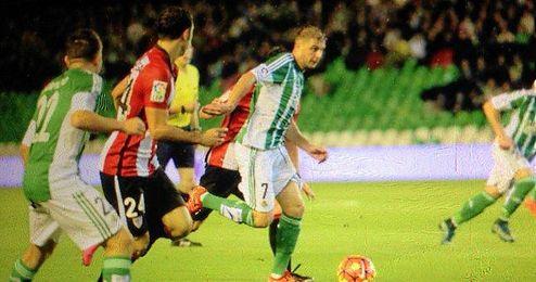 Joaquín, en un lance ante el Athletic.