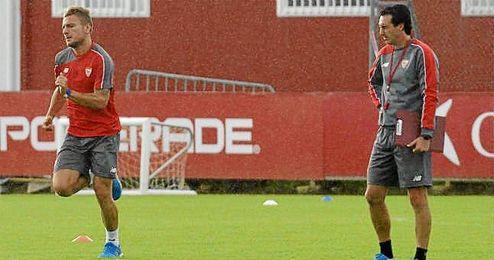 Emery observa a Immobile durante un entrenamiento.