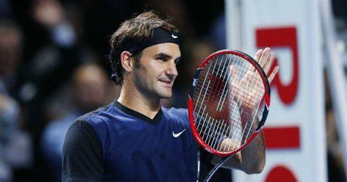 Roger Federer aplaudiendo al público tras conseguir su victoria.