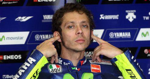 Rossi se tapa los o�dos para no escuchar cr�ticas.