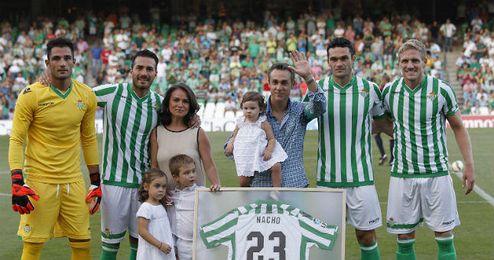 Nacho posa con su familia y jugadores en el Villamarín