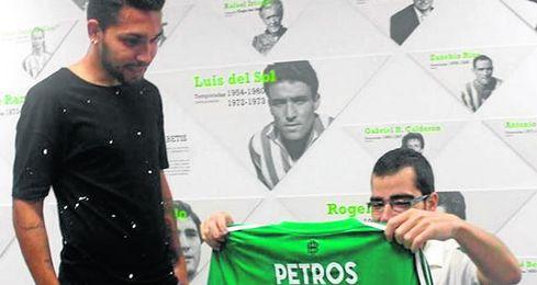 Petros cumpli� su promesa con el aficionado �lvaro Pern�a.
