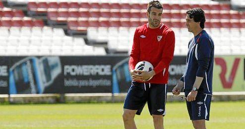 Unai Emery en un entrenamiento con �lvaro Negredo.