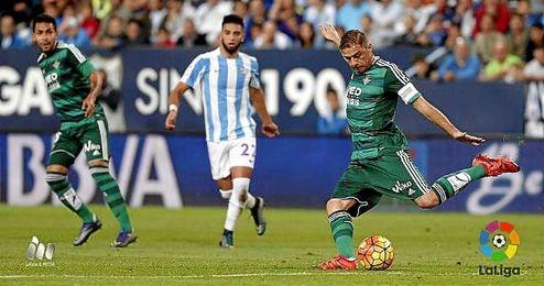 Joaquín dispara en el Málaga-Betis.