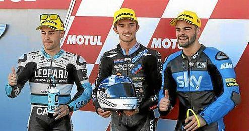 Efrén Vázquez, junto a McPhee y Fenati, primera línea de Moto3 en Valencia.