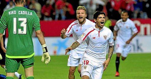 Banega celebra el segundo tanto del Sevilla, tras una gran jugada.