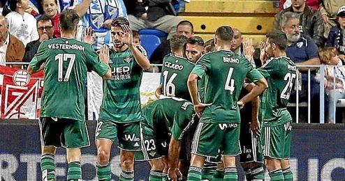 Los jugadores del Betis celebra el gol de Rubén Castro en La Rosaleda.
