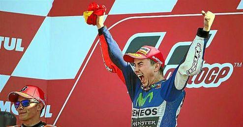 Márquez celebra el triunfo en el podio de Cheste.