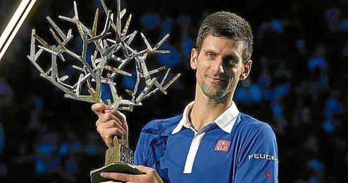 Djokovic levanta su trofeo de campeón en París.