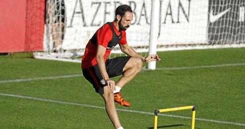 Juanfran, defensa del Atlético, no jugará contra el Betis por lesión.
