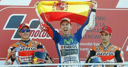 Lorenzo, en el podio de Valencia junto a M�rquez y Pedrosa.